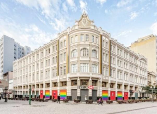 O HSBC celebrou o dia Orgulho Gay  colorindo nas cores do arco-íris em cinco países. No Brasil o prédio escolhido foi de Curitiba