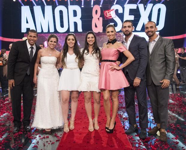 Fernanda Lima entre os noivos que se casaram no Amor & Sexo (Foto: Raphael Dias / Gshow)