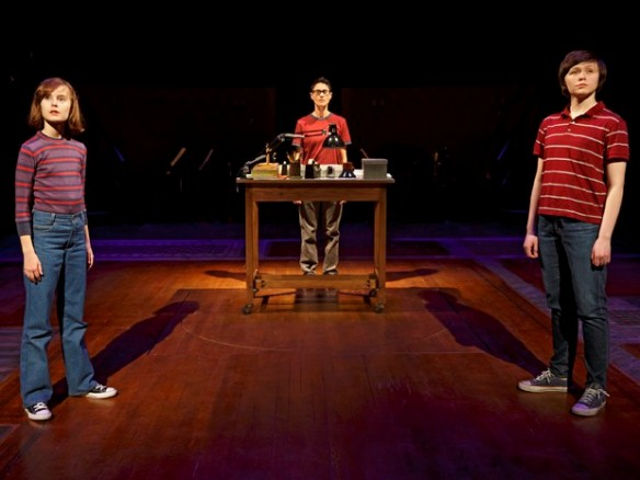 Sydney Lucas, Beth Malone e Emily Skeggs no musical 'Fun home' (Foto: Joan Marcus via AP)