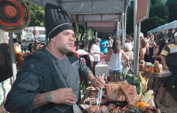 O chef Jorge Moura, craque da comida mexicana, comemora: 'O sol estava escondido porque não tinha feira' (Foto: Betto Jr)