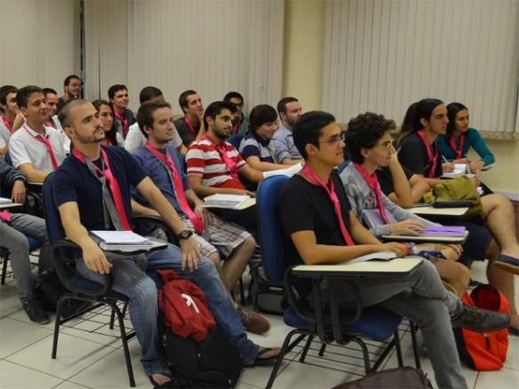 Alunos vestem gravata rosa contra preconceito na USP, em Ribeirão Preto, SP (Foto: Amanda Pioli/G1)