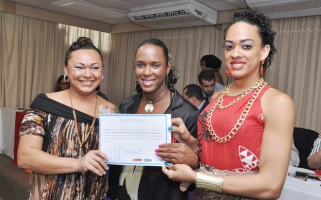 Uma colega de curso posa ao lado de Paulett (centro) e Cophélia Rousseff. Foto: Genilson Coutinho