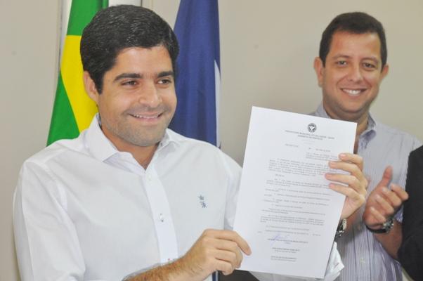 ACM Neto assinou  o documento que institui a criação Centro na  capital baiana. (Foto: Genilson Coutinho)