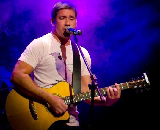 Nessa quinta-feira (11), o cantor Cristiano Greco é a atração do projeto Música na Praça
