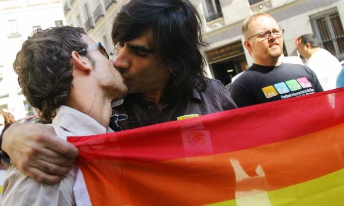 Homossexuais se beijam em frente ao parlamento da Espanha, em Madri, após a legalização do casamento entre pessoas de mesmo sexo, em 2005 (Foto: Susana Vera/ Reuters)