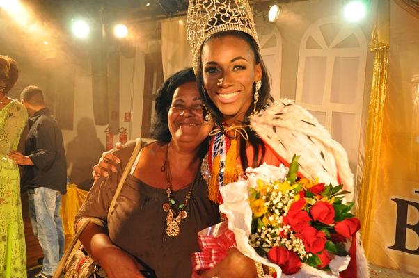 A grande vencedora ao lado da mãe Foto: Genilson Coutino