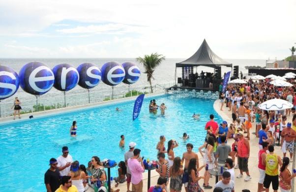 No domingo de Carnaval, a piscina do Clube Espanhol foi o palco da super Pool Party promovida pelo Camarote Skol Beats Senses.(Foto: AgFPontes/Divulgação)
