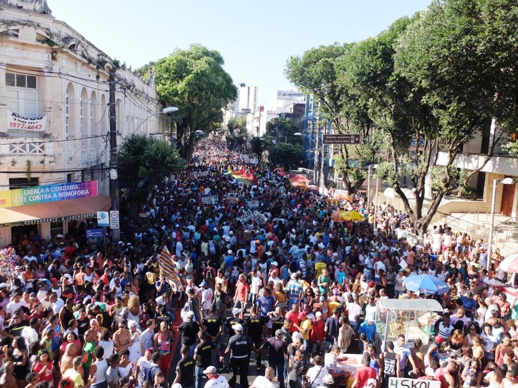Público na 14ª Parada Gay da Bahia