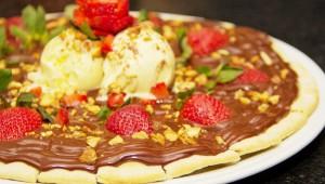 Pizza Chocolate com Morango - Casa de Pedra