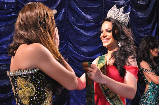 Pietra Accioly passa a faixa para nova Miss (Foto: Genilson Coutinho/Dois Terços )