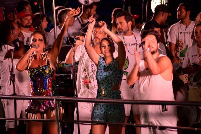 Dupla Thaeme e Thiago contando com Ivete em frente do Camarote Bar Bahma (Foto: Elias Dantas/ Agência Haack)