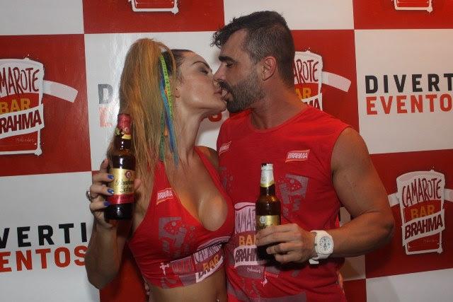 Laura Keller e marido Jorge Souza aos beijos no camarote (Foto: Veri Lopes/ Agência FPontes)
