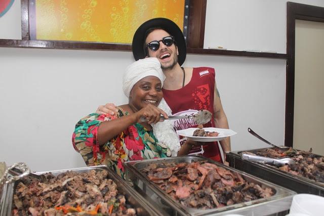 Dadá serve pessoalmente o cantor Fiuk (Foto: Veri Lopes/ Agência FPontes)