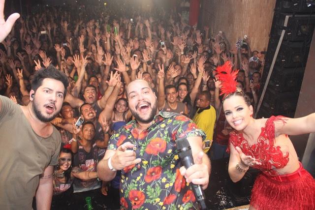 Tiago Abravanel fazendo participação no show de Thaeme e Thiago (Foto: Veri Lopes/ Agência FPontes)