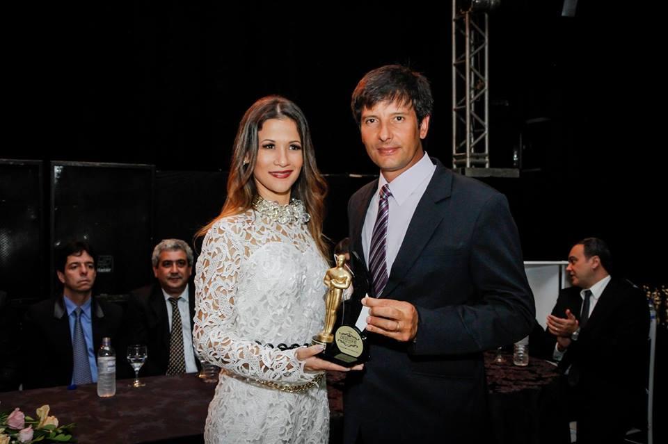 Pollyanna Maria recebendo o premio