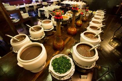Servida das 11h30 às 16h, feijoada é acompanhada por buffet de salada, sobremesas e batidas livres