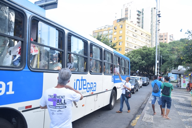 Passageiros dos coletivos de Salvador receberam camisinha e folhetos informativos