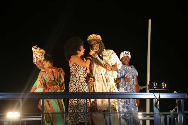 Daniela Mercury com peruca black power acompanhada de Vovô do Ilê, Taís Araújo, Lázaro Ramos e Luís Miranda_crédito Ulisses Dumas