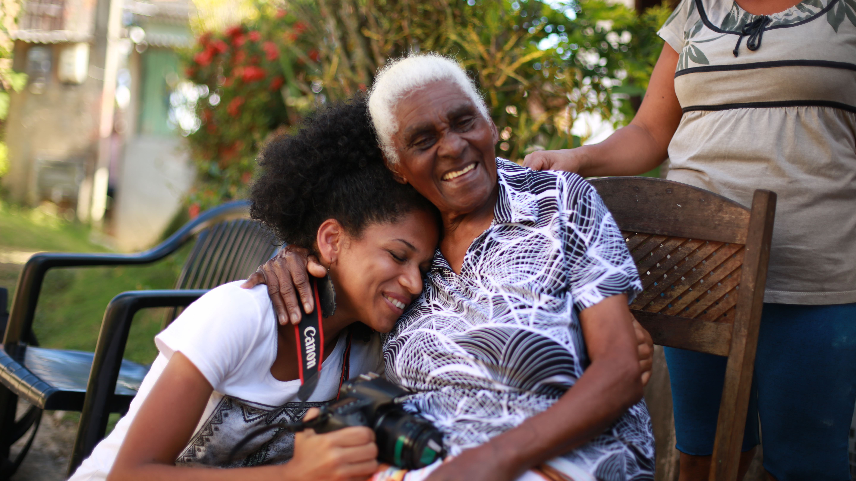 05_DOC_AIUE_COLETIVO CACOS_Donminique com a quilombola Dona Senhora de 105 anos